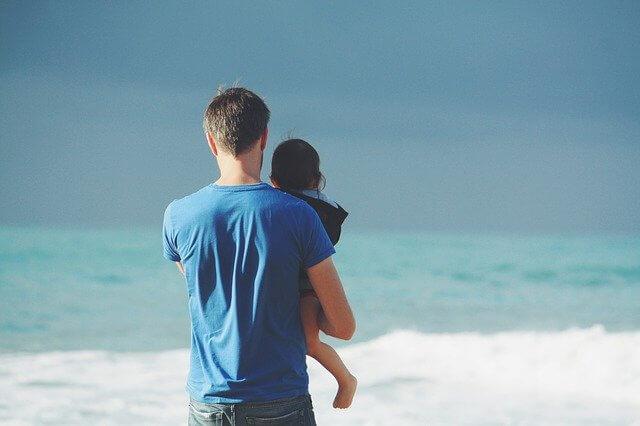 子供を抱くお父さん
