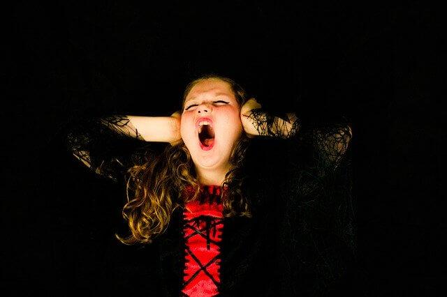悲鳴を上げる子供
