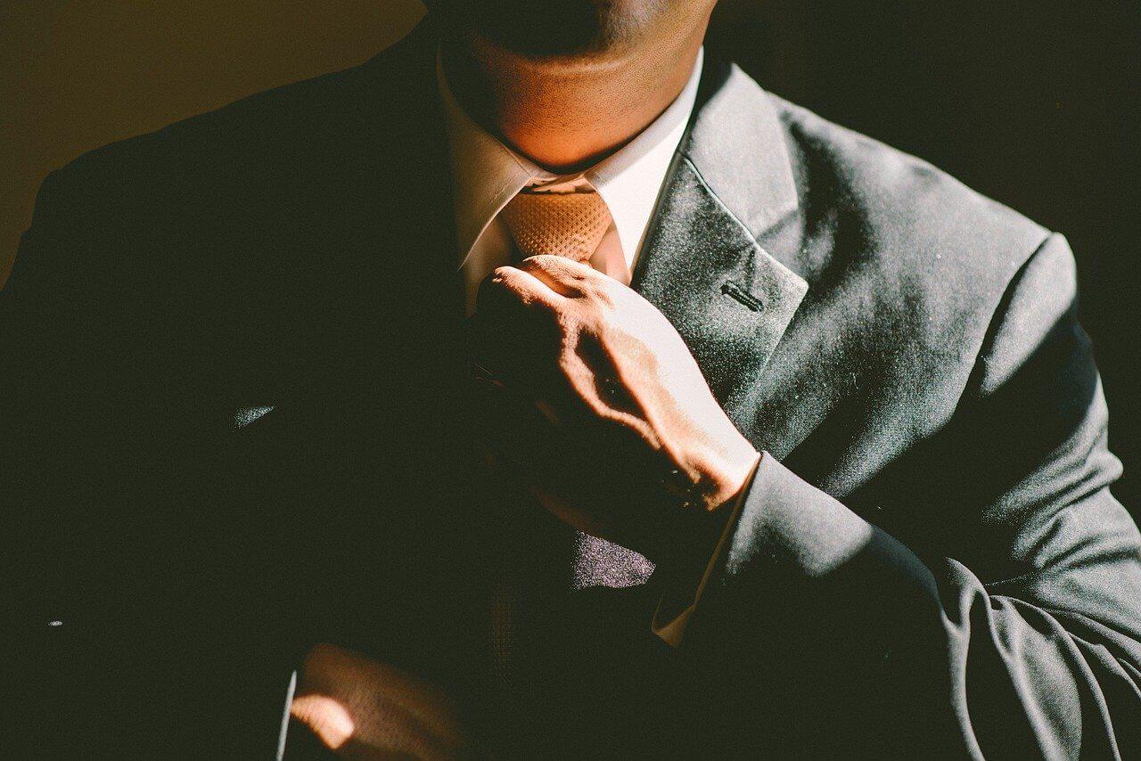 ネクタイを締め直す男の人